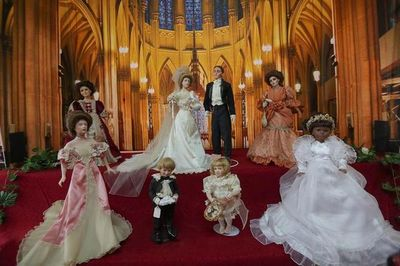 Una boda de muñecas antiguas cargada de nostalgia y elegancia en Bolivia