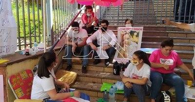 La Nación / Salud permitirá a Bianca usar vacuna, tras protesta de padres