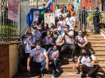 Padres de Bianca amanecieron encadenados frente al Ministerio de Salud