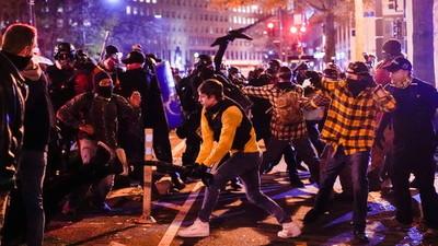 Cuatro manifestantes apuñalados y uno herido de bala en choques entre partidarios y oponentes de Trump
