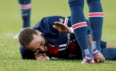 HOY / Neymar se retira en camilla por lesión en el tobillo