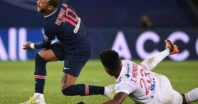 La Nación / Neymar sale con una lesión