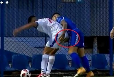 Futbolista pide disculpas luego de tocarle el trasero al rival
