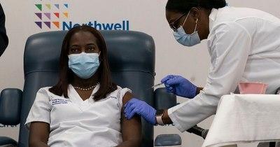 La Nación / COVID-19: Trabajadora de la salud de Nueva York fue la primera vacunada