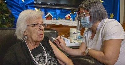 La Nación / COVID-19: Canadá comenzó a vacunar en Ontario y Quebec