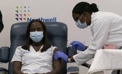 HOY / EEUU arrancó la vacunación contra el COVID-19 mientras se disparan los casos