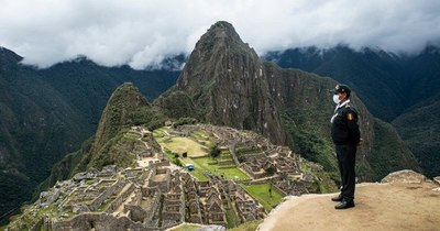 La Nación / Machu Picchu cierra por protestas contra servicio de trenes