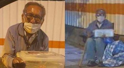 Crónica / Foto de abuelito se hizo viral, y todos quieren ayudarlo