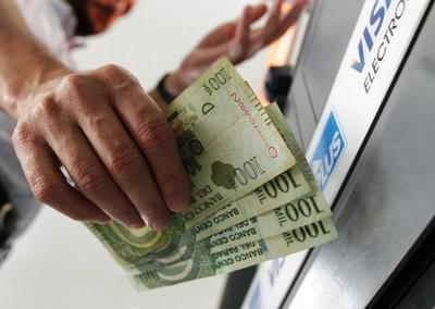 Estatales cobran aguinaldo y sueldo adelantado mientras privados juntan monedas