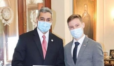 El Presidente Mario Abdo Benítez recibió al piloto Joshua Duerksen