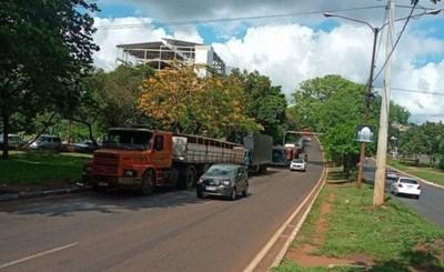 Congestionamientos y roces por doble fila de camiones en la ruta