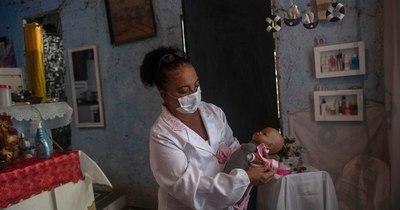 La Nación / Brasileña perdió su empleo y abrió un hospital para muñecas