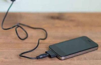 HOY / Cargaba su celular y lo manipuló: adolescente recibió mortal descarga eléctrica