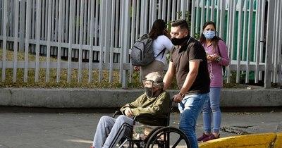 La Nación / El viacrucis de los mexicanos para hallar cama en hospitales desbordados
