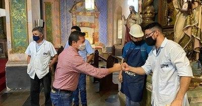 La Nación / Técnicos del MOPC y vecinos del barrio trabajan por el retablo de la iglesia de Trinidad