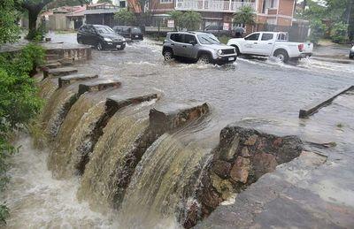 Riesgosa jornada de lluvias para los conductores y peatones en Capital