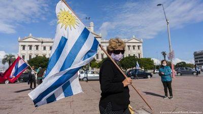 Uruguay limita derecho de reunión y cierra fronteras para frenar crecimiento exponencial de Covid-19