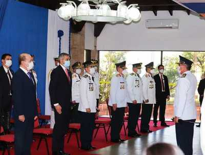 Presidente Abdo entregó bastón de mando a generales y almirantes