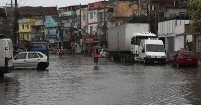 La Nación / Fuertes lluvias dejan al menos 10 muertos en el sur de Brasil