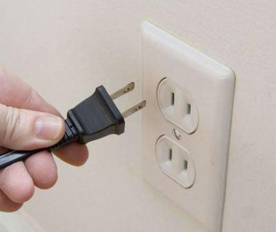 Adolescente muere electrocutado manipulando un celular enchufado