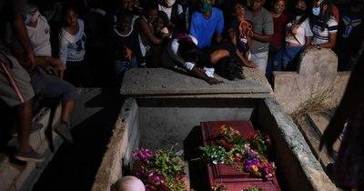 La Nación / El doloroso adiós a 28 migrantes venezolanos que naufragaron