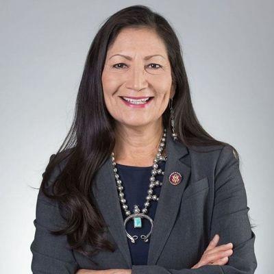 Biden elige diputada indígena para encabezar el Departamento del Interior