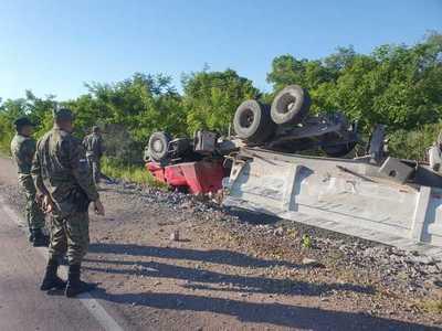 Chofer se salva de milagro en aparatoso vuelco de camión