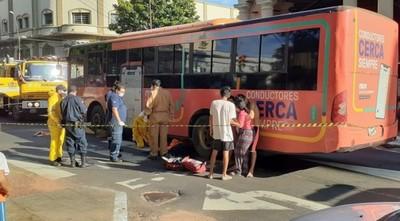 Embarazada muere arrollada por ómnibus de la línea 12