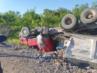 De milagro se salva conductor de camión que volcó aparatosamente