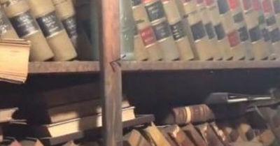Mujer descubrió una habitación oculta en su casa repleta de libros antiguos y 'varias primeras ediciones'