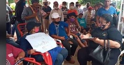 La Nación / Enfrentamiento entre dos grupos de manifestantes en Repatriación