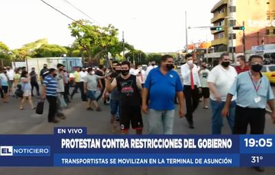 Restricción de viajes: trabajadores se manifiestan frente a Terminal de Ómnibus