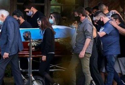 La demanda de paternidad que atrasa la cremación del cuerpo del astro del fútbol argentino
