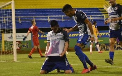 Tras perder a su madre por Covid-19, Villagra marca un doblete