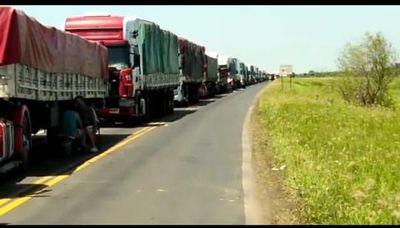 Clorindenses cierran rutas e impiden paso de camiones que traen mercaderías a Paraguay