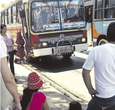 Pese a críticas, siguen las reguladas de buses y usuarios viajan hacinados