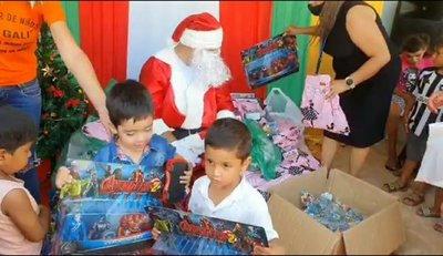 Papá Noel entregó juguetes a niños del Comedor Pa'i Galí