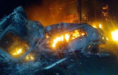 Toda una familia muere calcinada tras colisión vehicular sobre la Transchaco