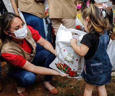 """Más de 11.400 niños reciben un """"Regalo de Amor"""" mediante campaña de la Primera Dama"""