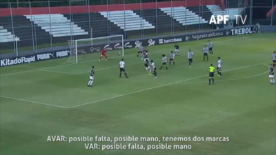 La revisión del VAR para convalidar el gol de Camacho
