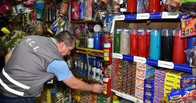 La Nación / Controlan puestos de pirotecnia en el Mercado 4 y exigen extintores a todos