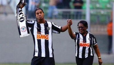 Ronaldinho clama oraciones por su madre, quien se encuentra internada por COVID-19