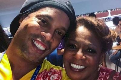 Ronaldinho pide oraciones para su madre internada por Covid-19