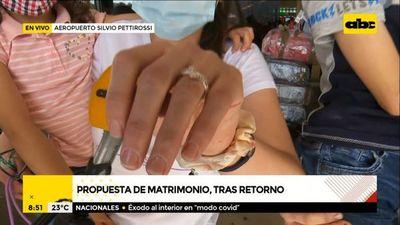 Volvieron de España, ¡y el novio le propuso matrimonio a su pareja!