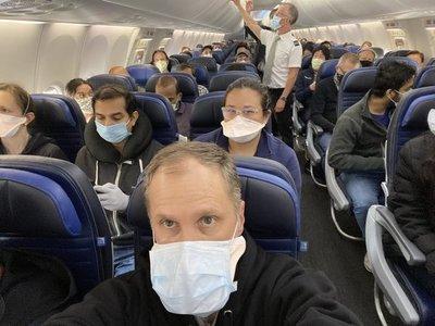 Habría muerto por coronavirus en pleno vuelo