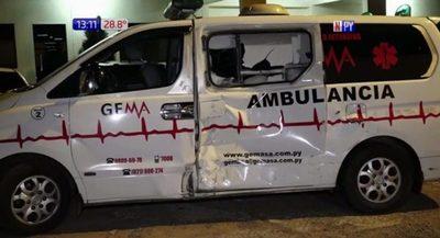 Brutal impacto de motocicleta contra una ambulancia