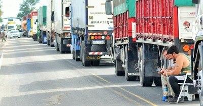 La Nación / Continúan varados 450 camioneros en Clorinda