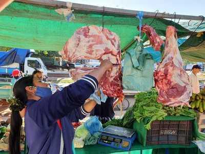 Feriantes ofrecen variedad de productos cárnicos