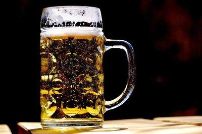 Advierten que consumo excesivo de alcohol incrementa el riesgo de cuadros graves de COVID-19