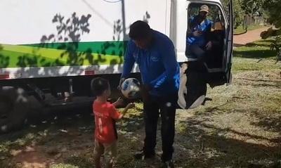 """""""Colega"""" de Roque firma pelota de niño cerrista"""